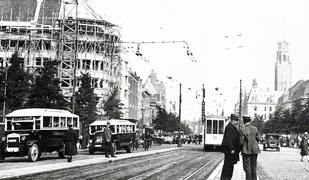De drukte op de Coolsingel, t.h.v. de Van Oldenbarneveltstraat. ca. 1925