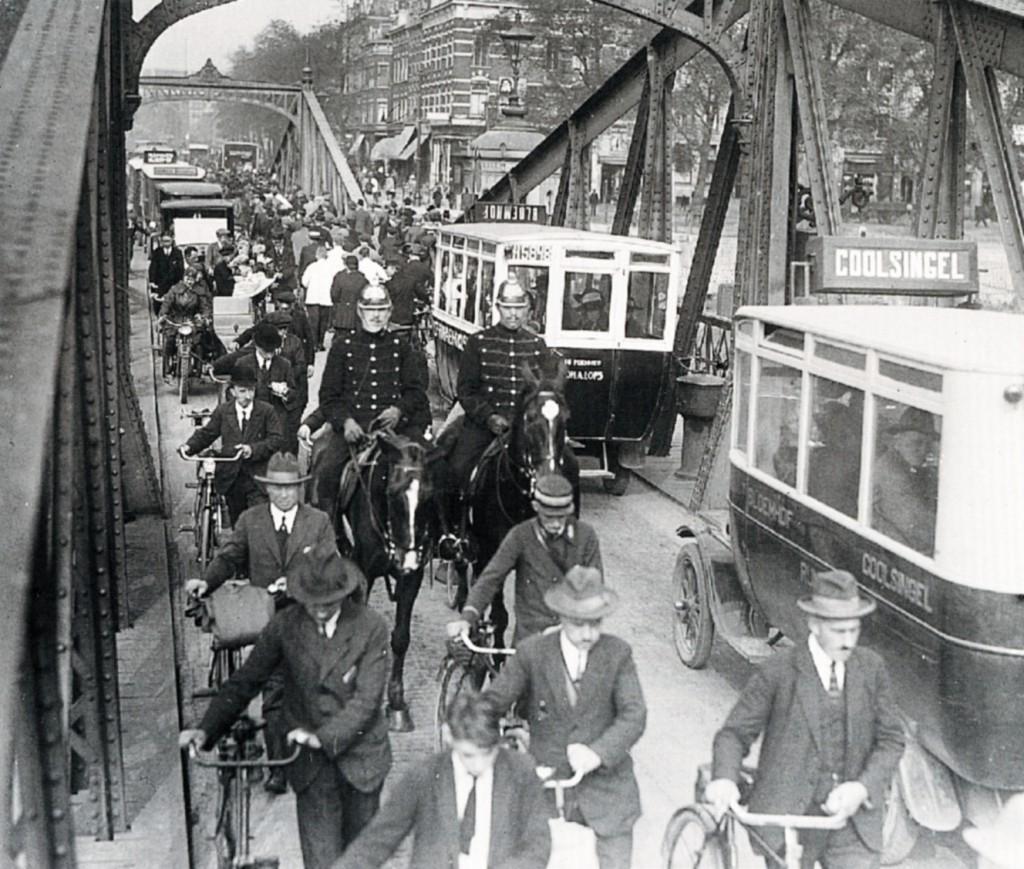Drukte op de Koninginnebrug, ca. 1925.