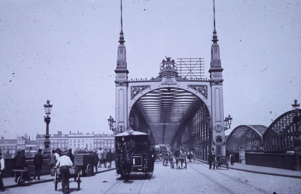 Paardentram 11, komend vanaf de Willemsbrug gezien vanuit de Van der Takstraat, 1902