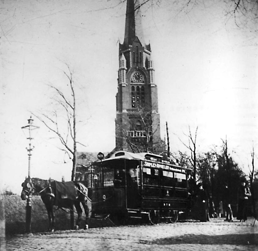 Paardentram 9 op het eindpunt , Oostzeedijk voor de St. Lambertuskerk, 1898