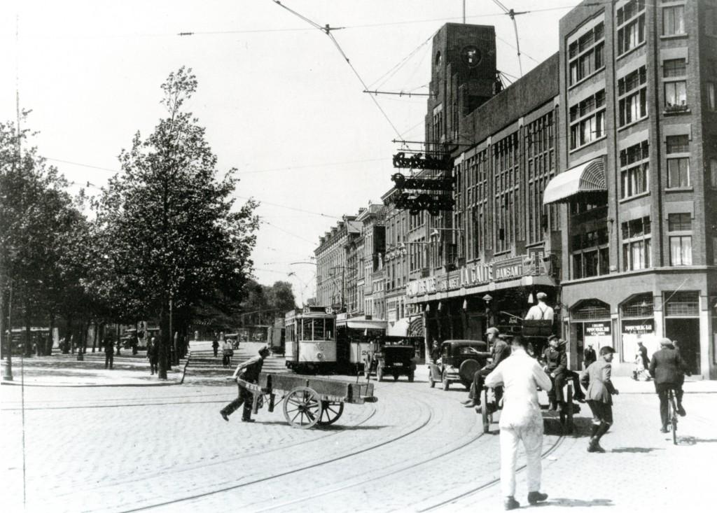 Links op de Pompenburgsingel was een plek voor de particuliere stadslijnen, 1929