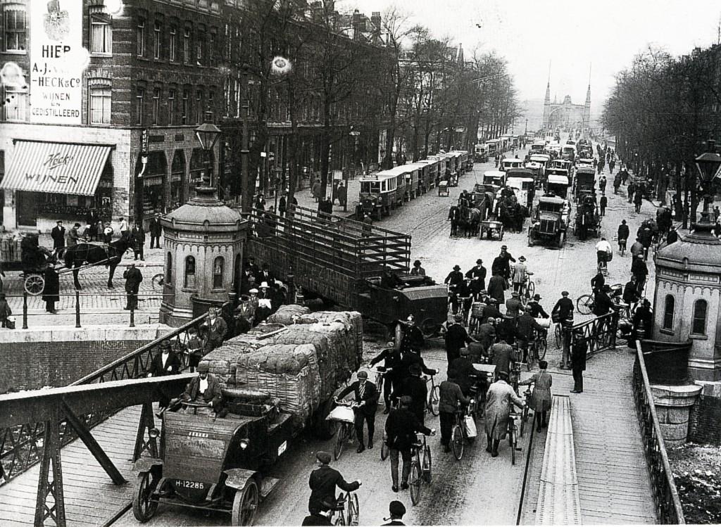 Koninginnebrug richting Van der Takstraat en Willemsbrug, verkeersellende in 1923.