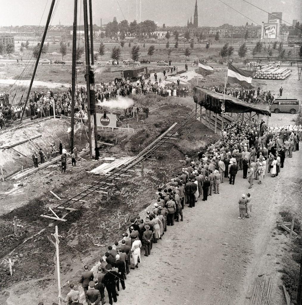 De eerste paal voor de metrobouw aan het Weena, 14-11-1960