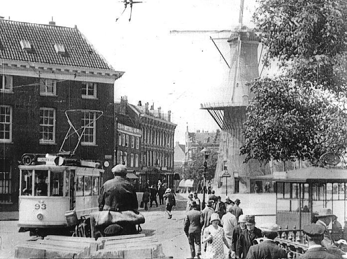 En motorrijtuig 93 in 1927 op het Oostplein met de nieuwe lantaarns.