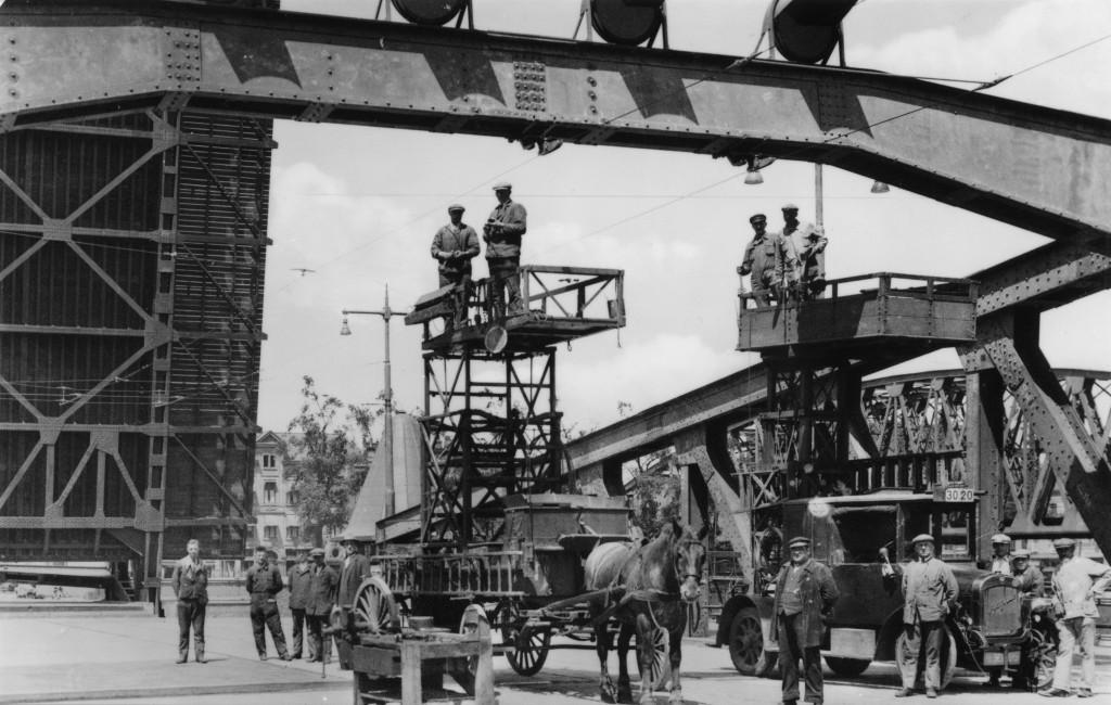 Bovenleiding werkwagens Koninginnebrug, 1929 (verzameling: Henk Mertens)