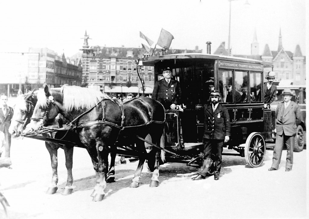 De paardenomnibus tijdens de feestrit in 1934