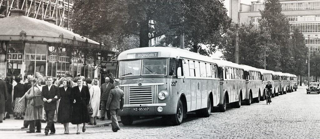 Vanaf de Coolsingel worden in 1950 weer de Wederopbouwritten gereden.