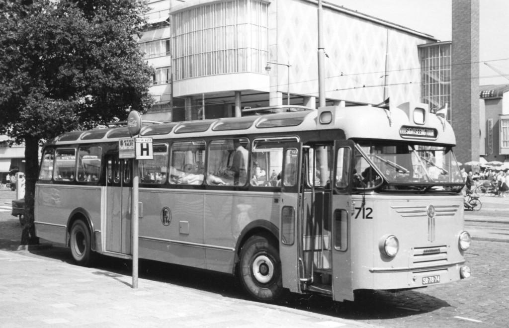 Bus 712, één van de twee speciaal voor rond- en toerritten aangeschafte Kromhout bussen.