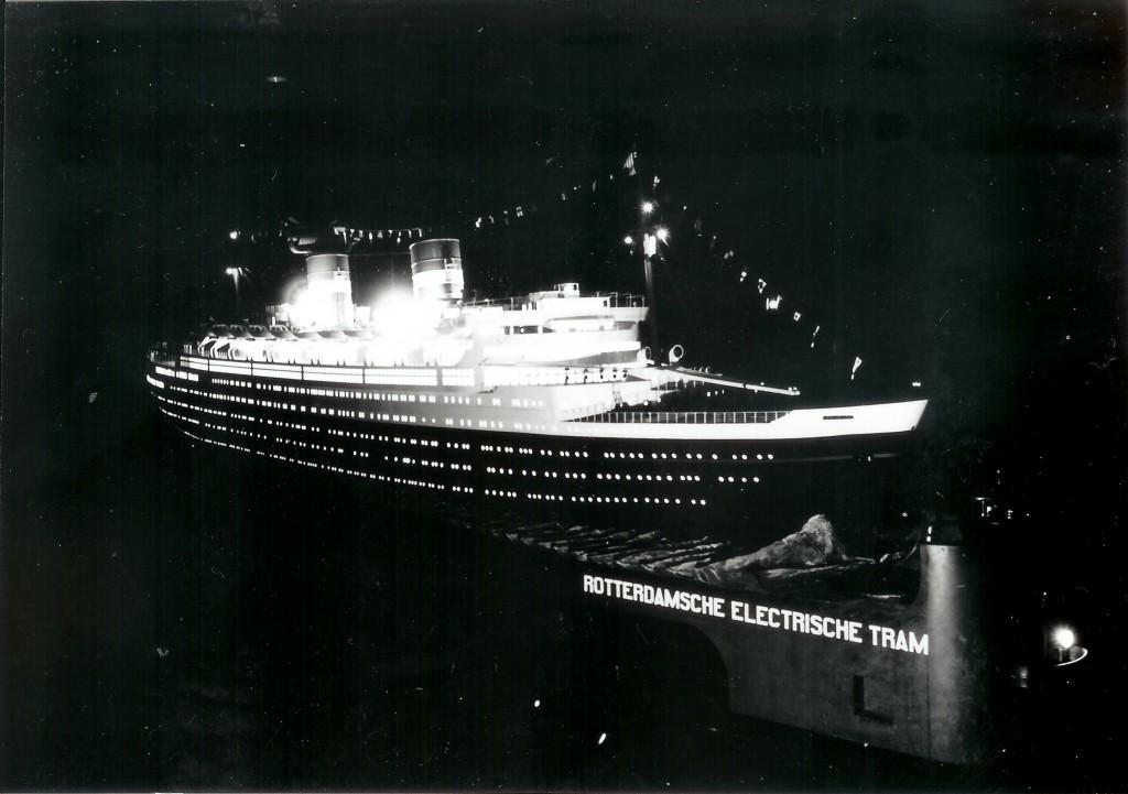 Het schaalmodel van de Nieuw Amsterdam als tram tijdens de avondritten in de feestweek van 1938.