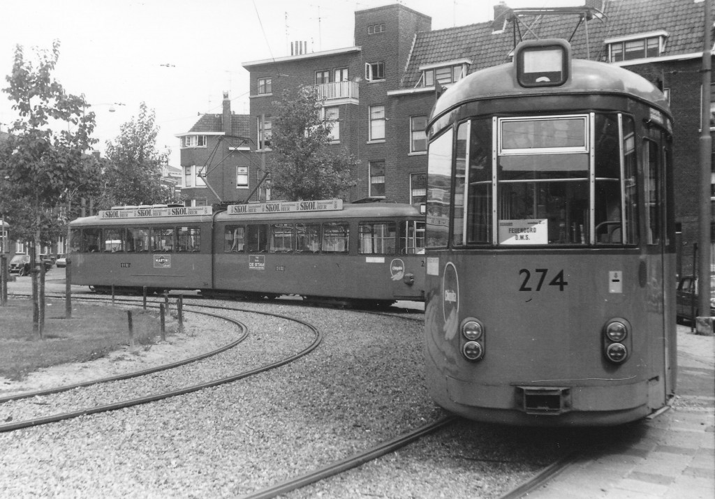 Motorrijtuigen 264 en 274 voor stadionvervoer opgesteld in de Gaesbeekstraat, 9-1971