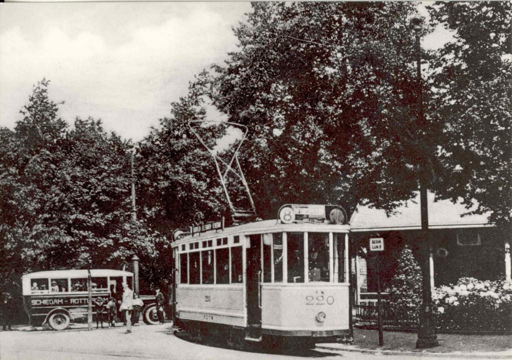 Hier begint lijn 8, meldt een borje in 1925 op de Koemarkt in Schiedam