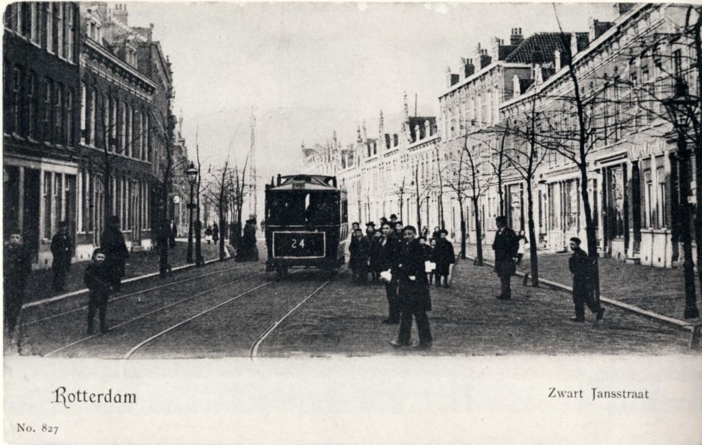 Paardentram 24 in de Zwartjanstraat, 1902. Gezien vanaf de 3e Pijnackerstraat richting Bergweg. Bij het passeerspoor was er altijd gelegenheid om op te stappen.