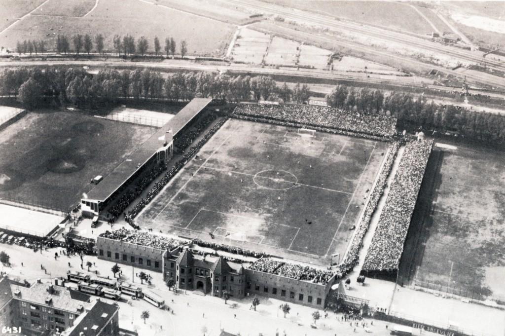 Luchtfoto Sparta Stadion, onder de Spartastraat, aan de bovenkant de spoorlijn Rotterdam-Schiedam., 1929.