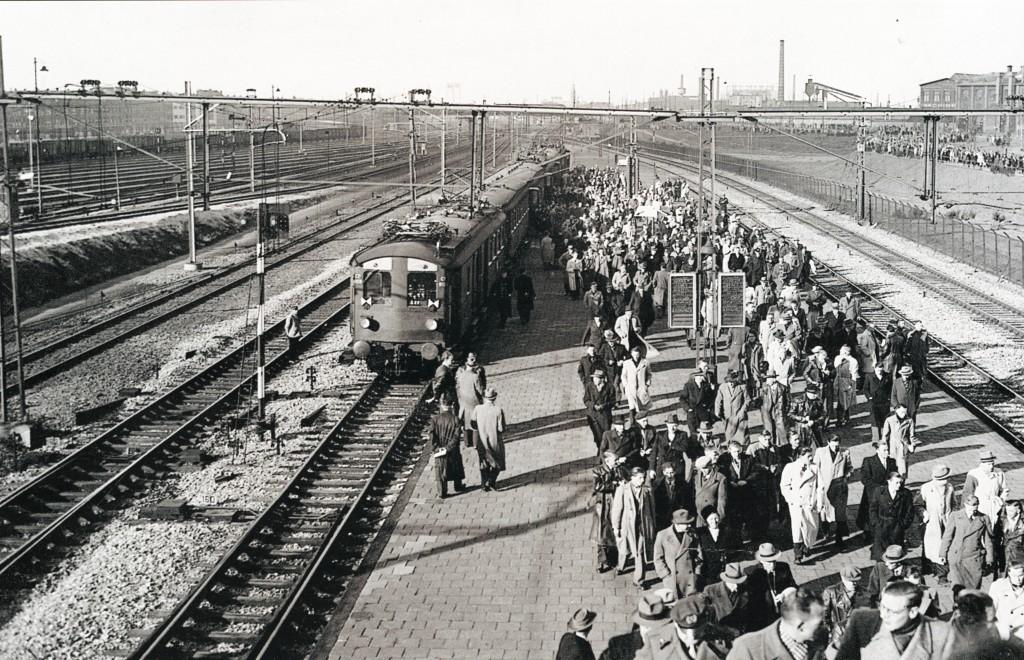 Station Feijenoord, aankomst voetbalsupporters, ca. 1937