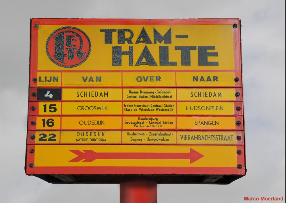 Dit is de grotere uitvoering van de klassieke RET-tramhalte. In tegenstelling tot de kleine uitvoering is er op deze halte plaats voor vier verwisselbare routestrips. De routestrips van de lijnen 4 en 22 zijn beletterd volgens de typografie van 1928. De stripjes van de lijnen 15 en 16 hebben de grafische vormgeving van de jaren zestig. (foto: Marco Moerland)