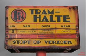 Voormalige gecombineerde tram- en autobushalte voor tramlijn 2 en buslijn 37 in Rotterdam. Deze halte stond op de Hillevliet. De tand des tijds heeft haar sporen achtergelaten. (foto: Marco Moerland)