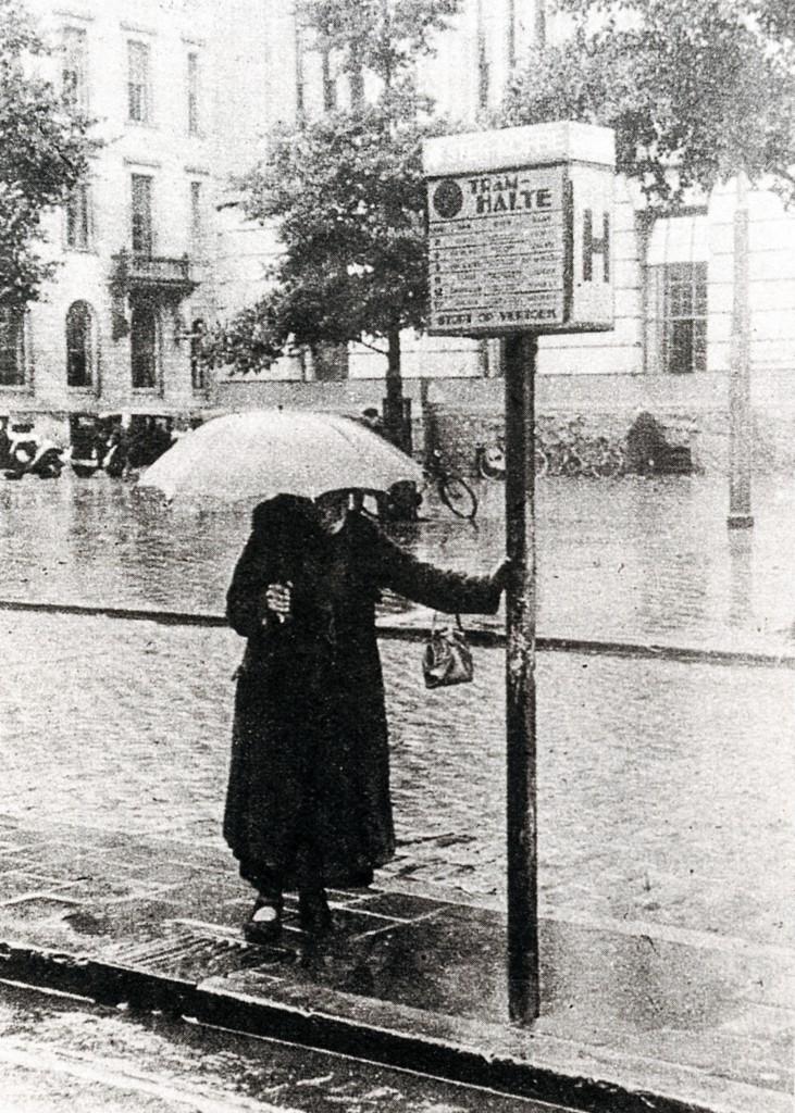 Wachten op de tram, de tramhalte is zelfs voorzien van reclame voor *  Ster Koffie, 1939.