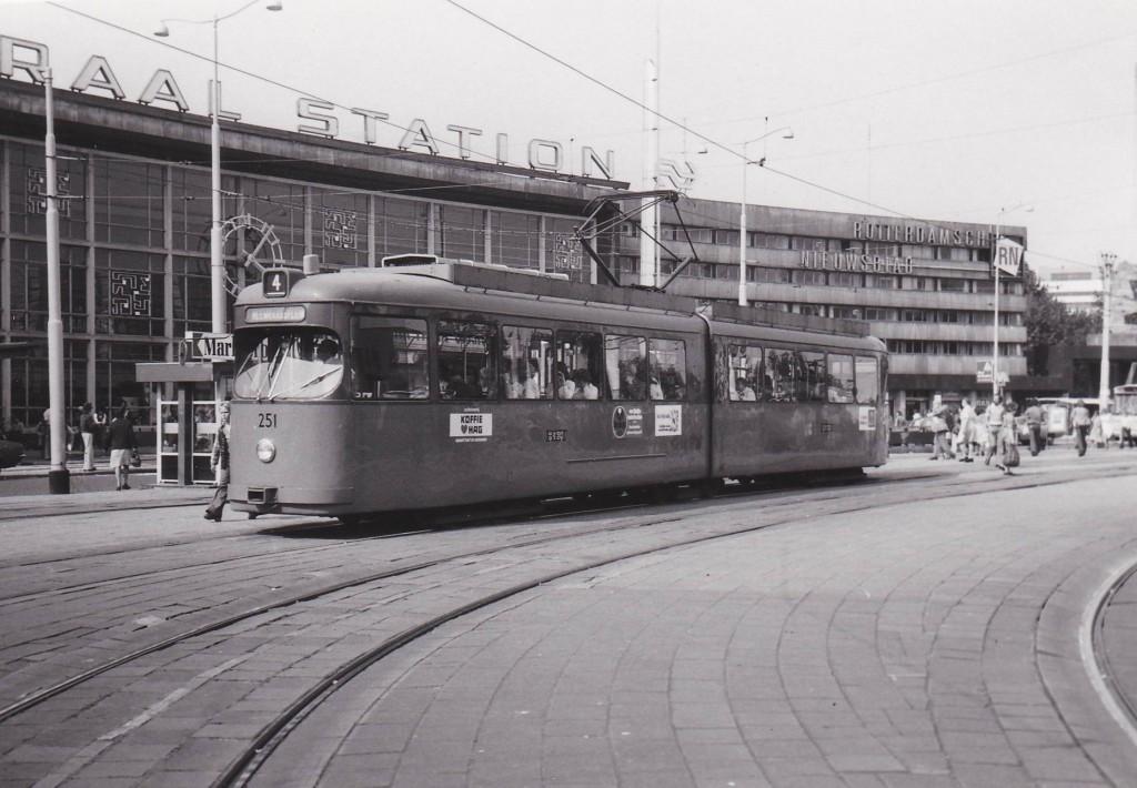 Motorrijtuig 251, lijn 4, Stationsplein, 6-1975, (foto: L.J. de Reijke)