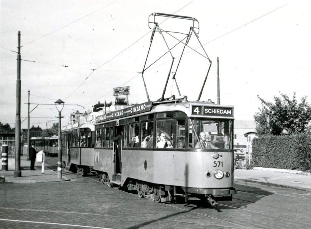 Motorrijtuig 571, lijn 4, met aanhangrijtuig 1021, Oosterkade, 12-8-1949