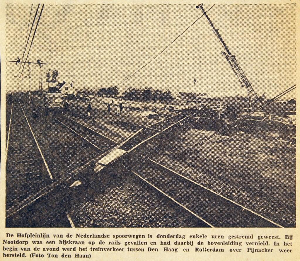 19750103 Hijskraan op Hofpleinrails. (NRC)
